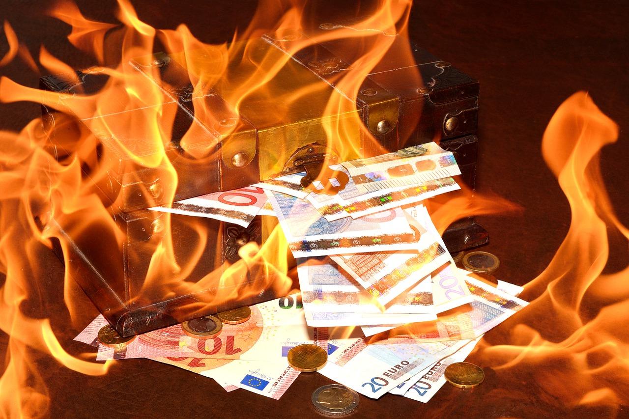 Risultati immagini per soldi bruciati